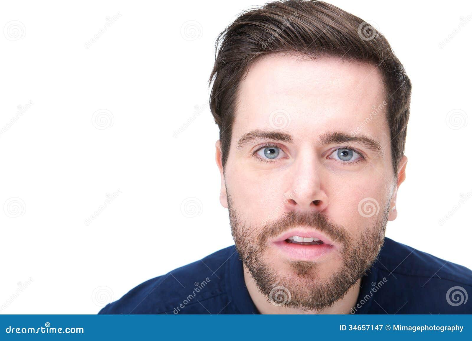 Portret van een jonge mens met verwarde blik op zijn gezicht