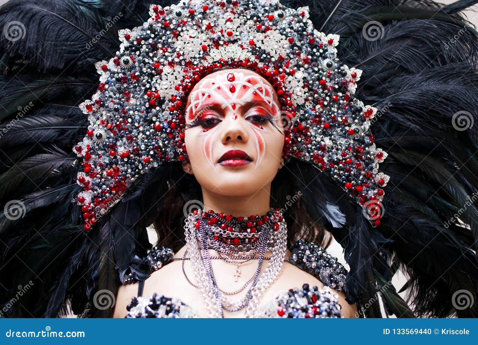Portret van een jonge mooie vrouw in een creatieve blik De stijl van Carnaval en het dansen
