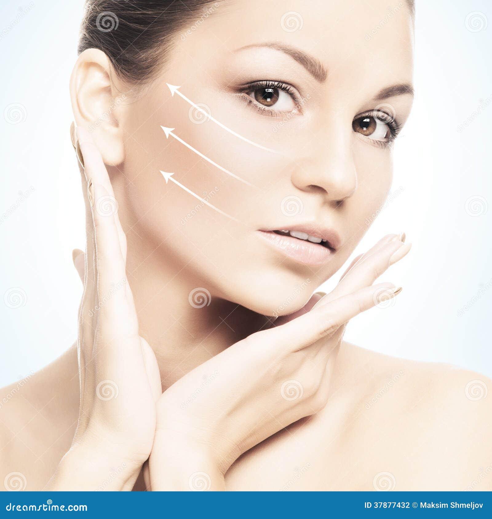 Portret van een jonge vrouw in make-up en pijlen