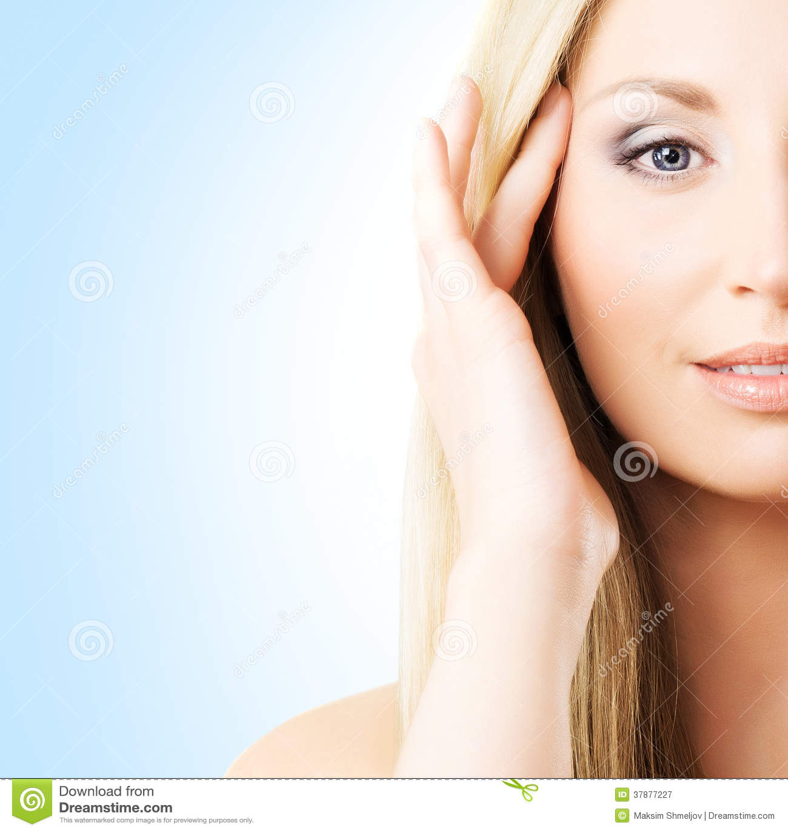 Portret van een jonge vrouw in make-up op een blauwe achtergrond
