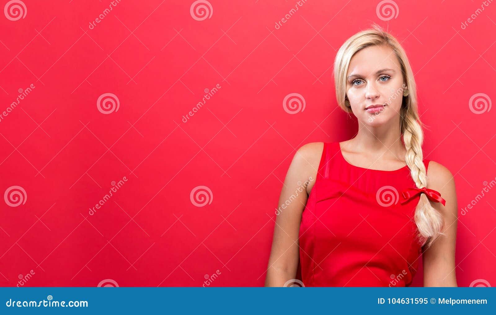 Download Portret Van Een Jonge Vrouw Status Stock Afbeelding - Afbeelding bestaande uit kaukasisch, trillend: 104631595