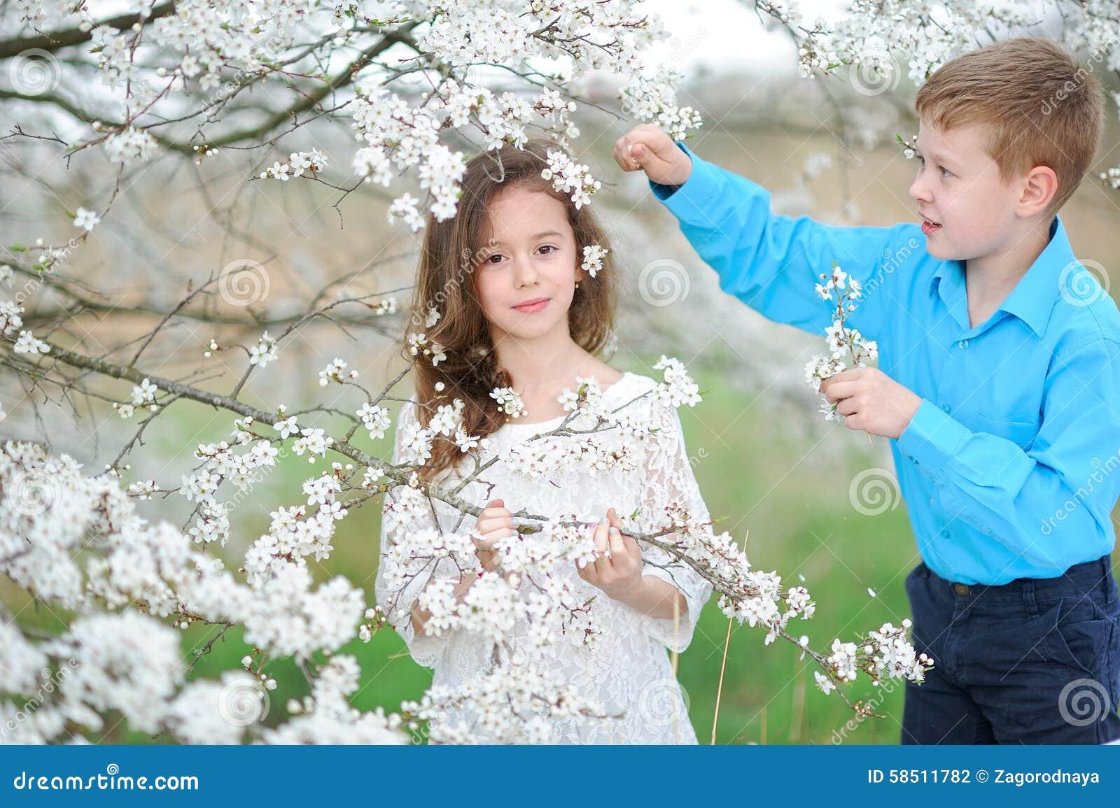 Portret van een jongen en een meisje stock foto afbeelding 58511782 - Twee meisjes en een jongen ...