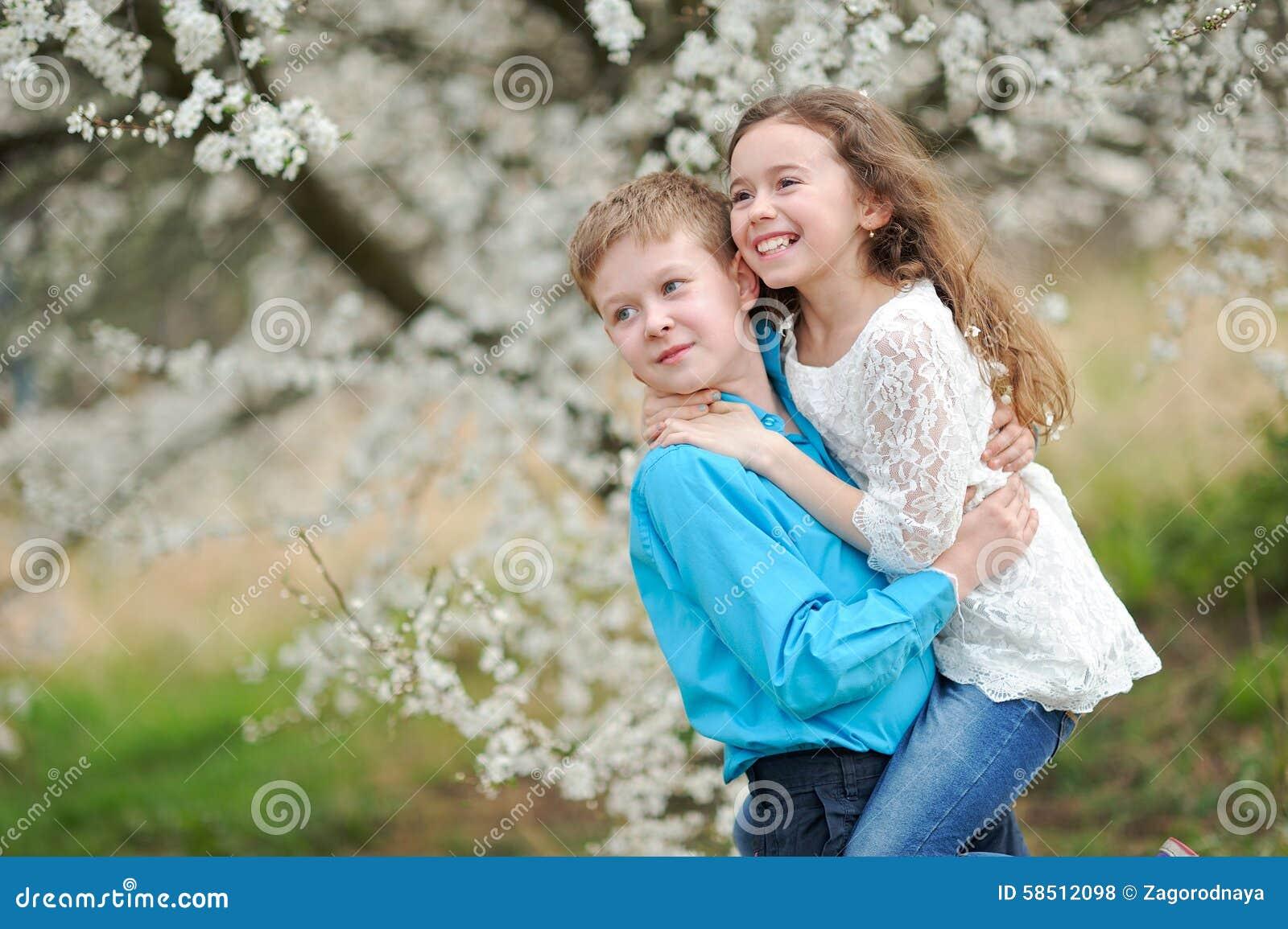 Portret van een jongen en een meisje stock foto afbeelding 58512098 - Twee meisjes en een jongen ...