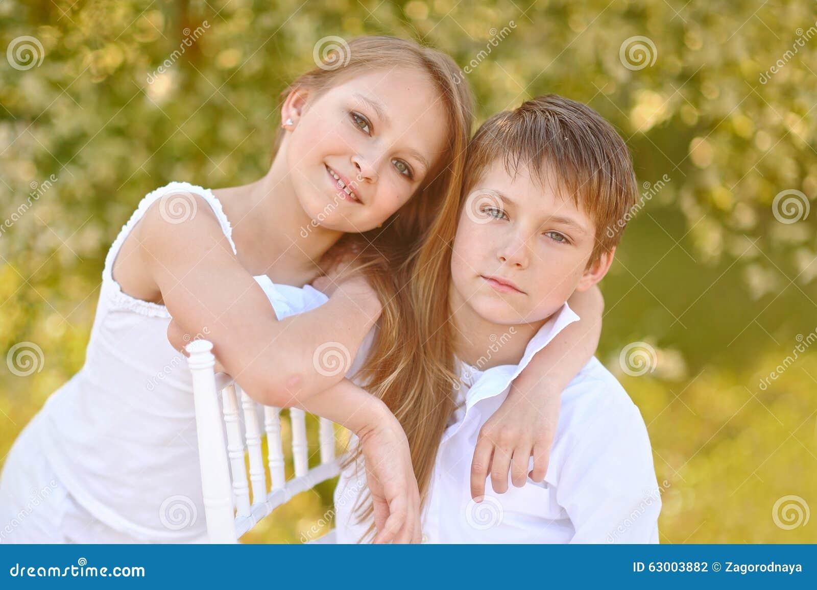 Portret van een jongen en een meisje stock foto afbeelding 63003882 - Twee meisjes en een jongen ...