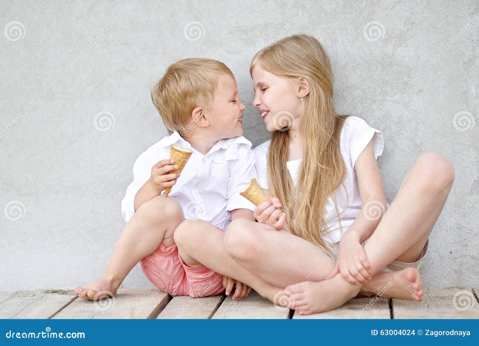 Portret van een jongen en een meisje stock foto afbeelding 63004024 - Twee meisjes en een jongen ...