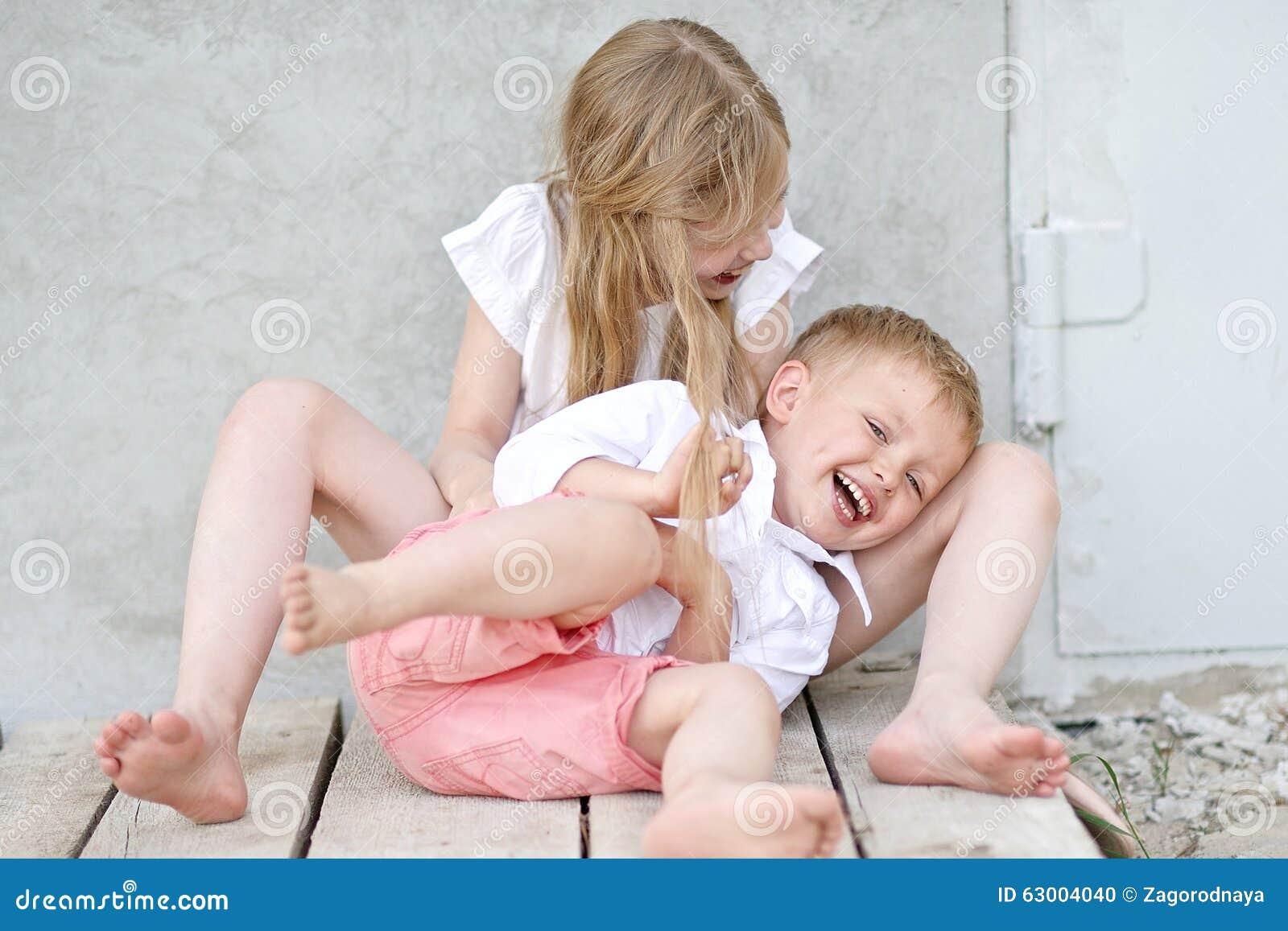 Portret van een jongen en een meisje stock foto afbeelding 63004040 - Twee meisjes en een jongen ...