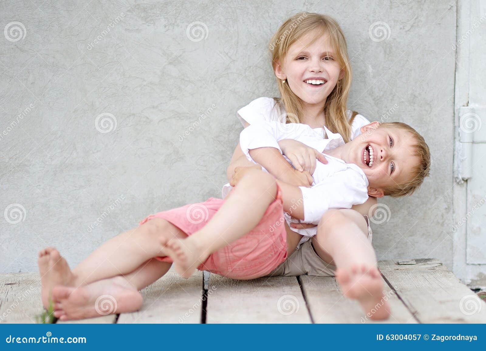 Portret van een jongen en een meisje stock afbeelding afbeelding 63004057 - Twee meisjes en een jongen ...