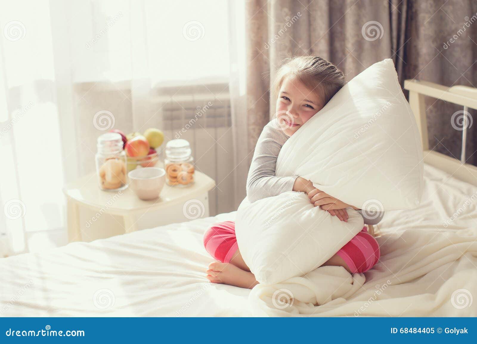 Portret van een klein meisje die een hoofdkussen koesteren stock foto afbeelding 68484405 - Slaapkamer van een meisje ...