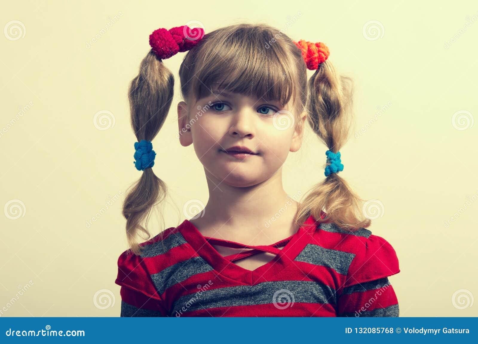 Portret van een klein meisje in geïsoleerd rood
