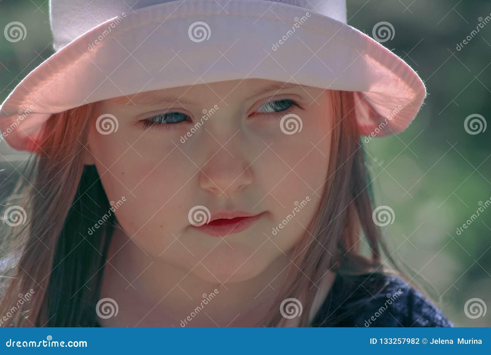 Portret van een klein meisje in een roze hoed