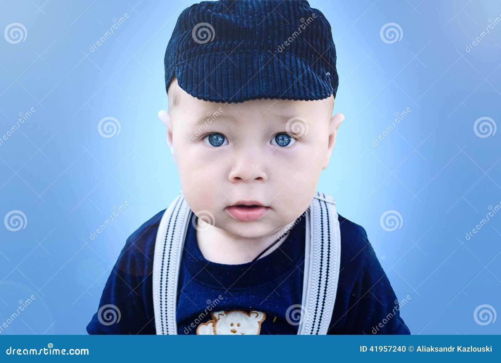 Portret van een kleine jongen met blauwe ogen stock foto afbeelding 41957240 - Kleine kamer van de jongen ...