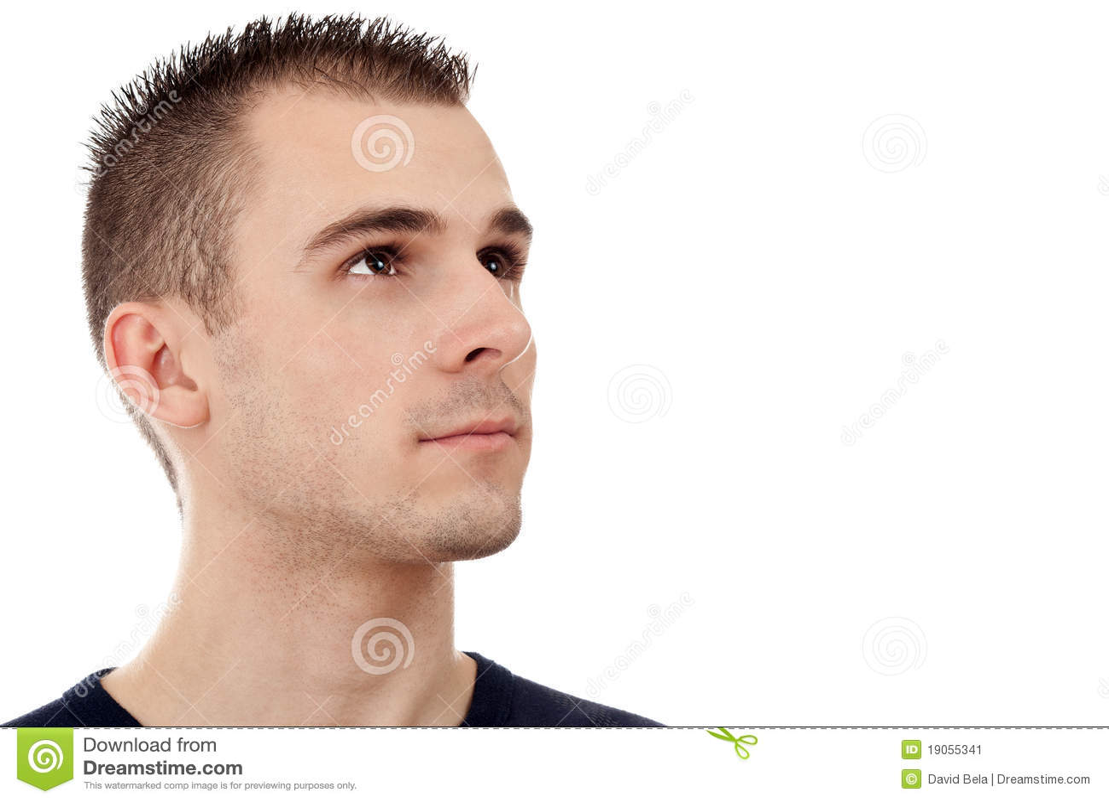 Portret van een knappe jonge mens die upwards kijkt