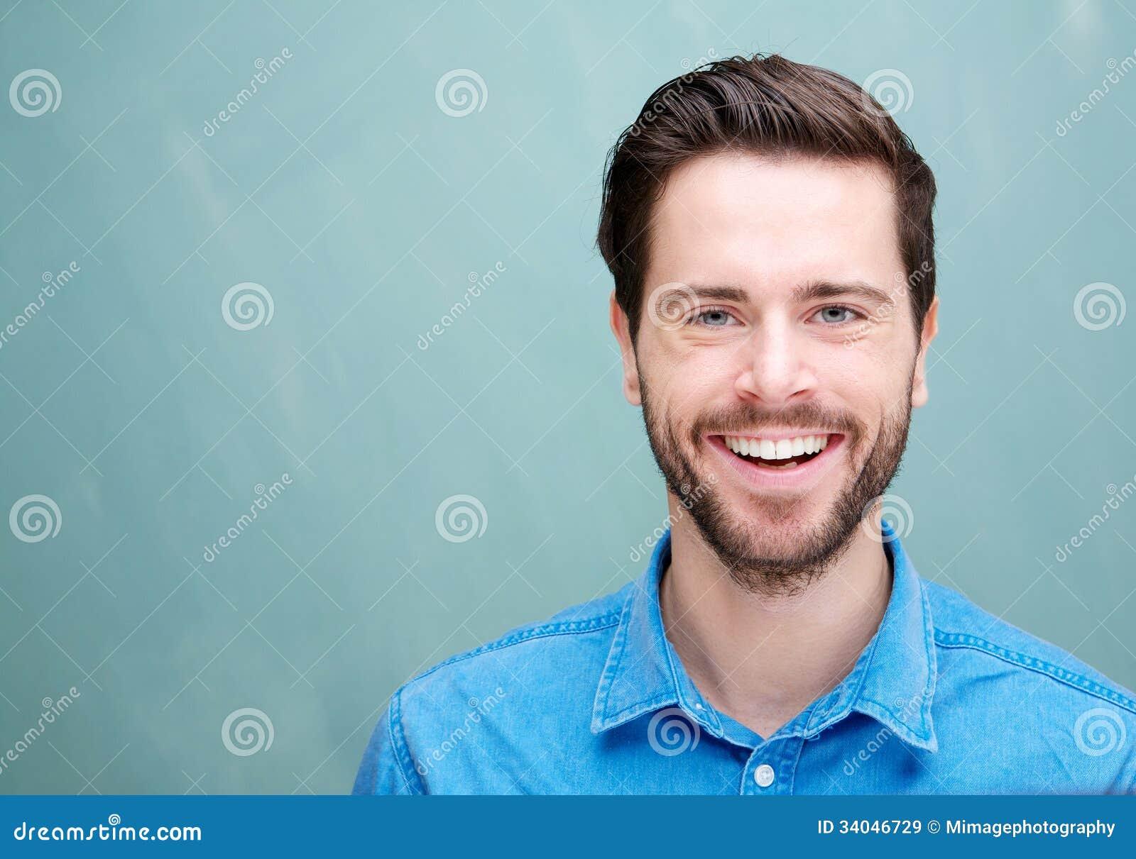 Portret van een knappe jonge mens met baard het glimlachen