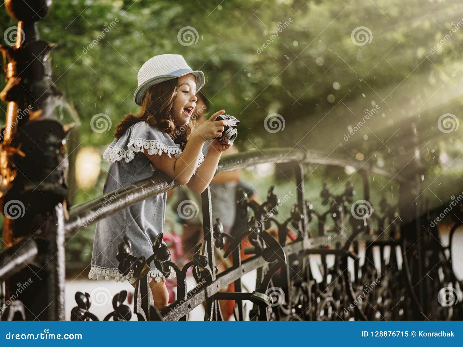 Portret van een leuk meisje die een foto nemen