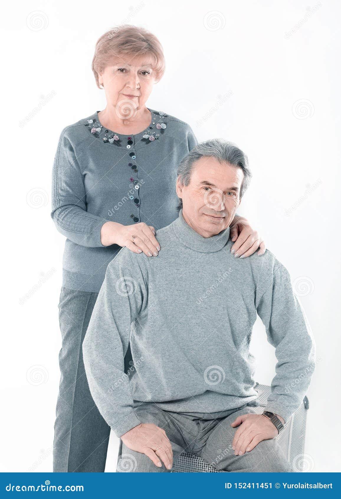 Portret van een leuk oud paar Ge?soleerdj op witte achtergrond