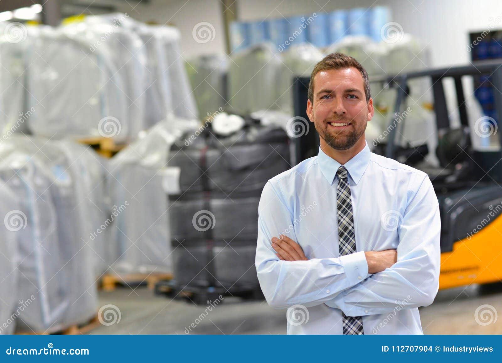 Portret van een manager in een logistiekbedrijf - op de achtergrond