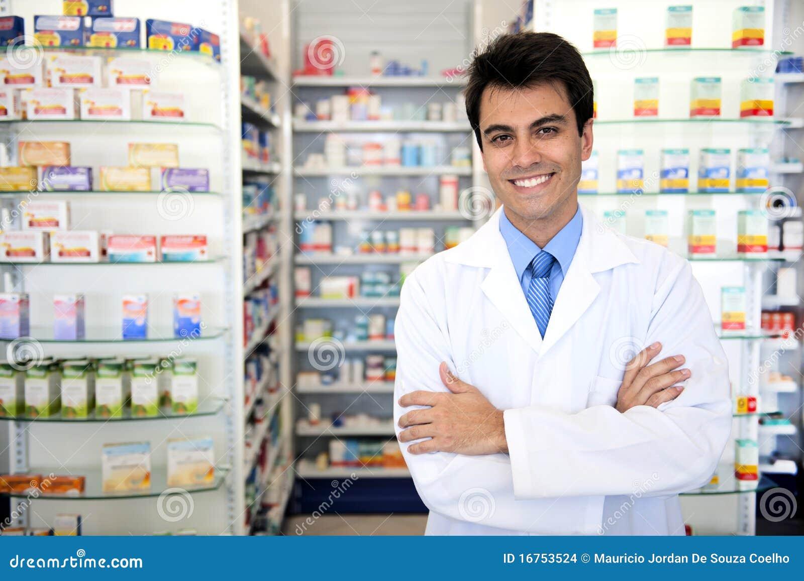 Portret van een mannelijke apotheker bij apotheek