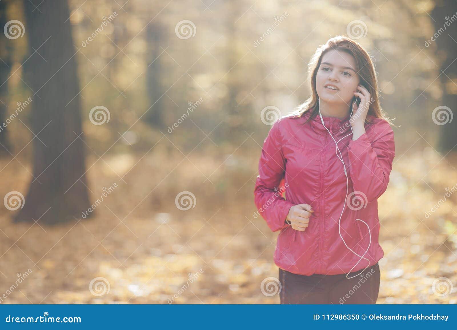 Portret van een meisje dat opleidt en aan muziek luistert