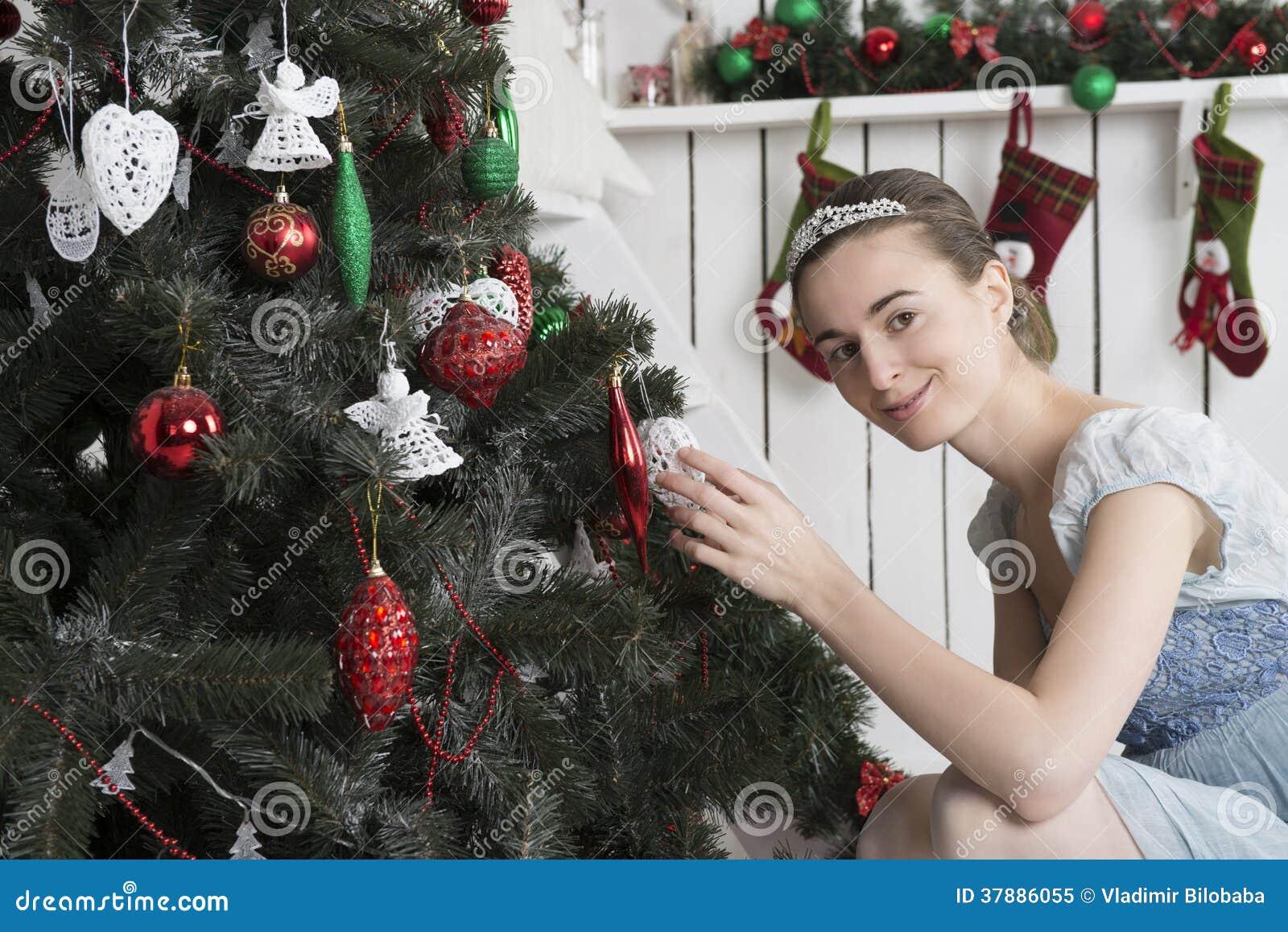 Portret van een meisje in een Kerstmisbinnenland