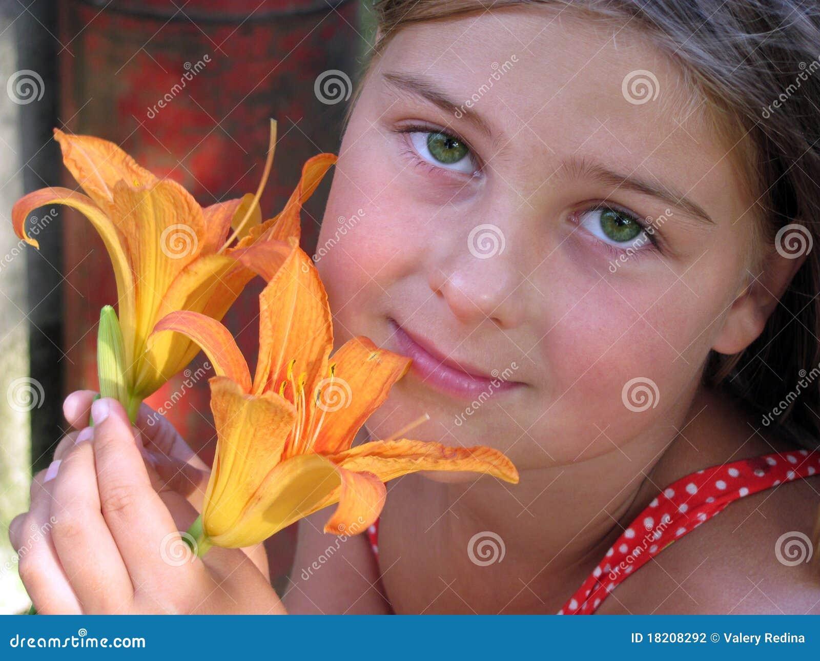 Portret van een meisje met een bloem