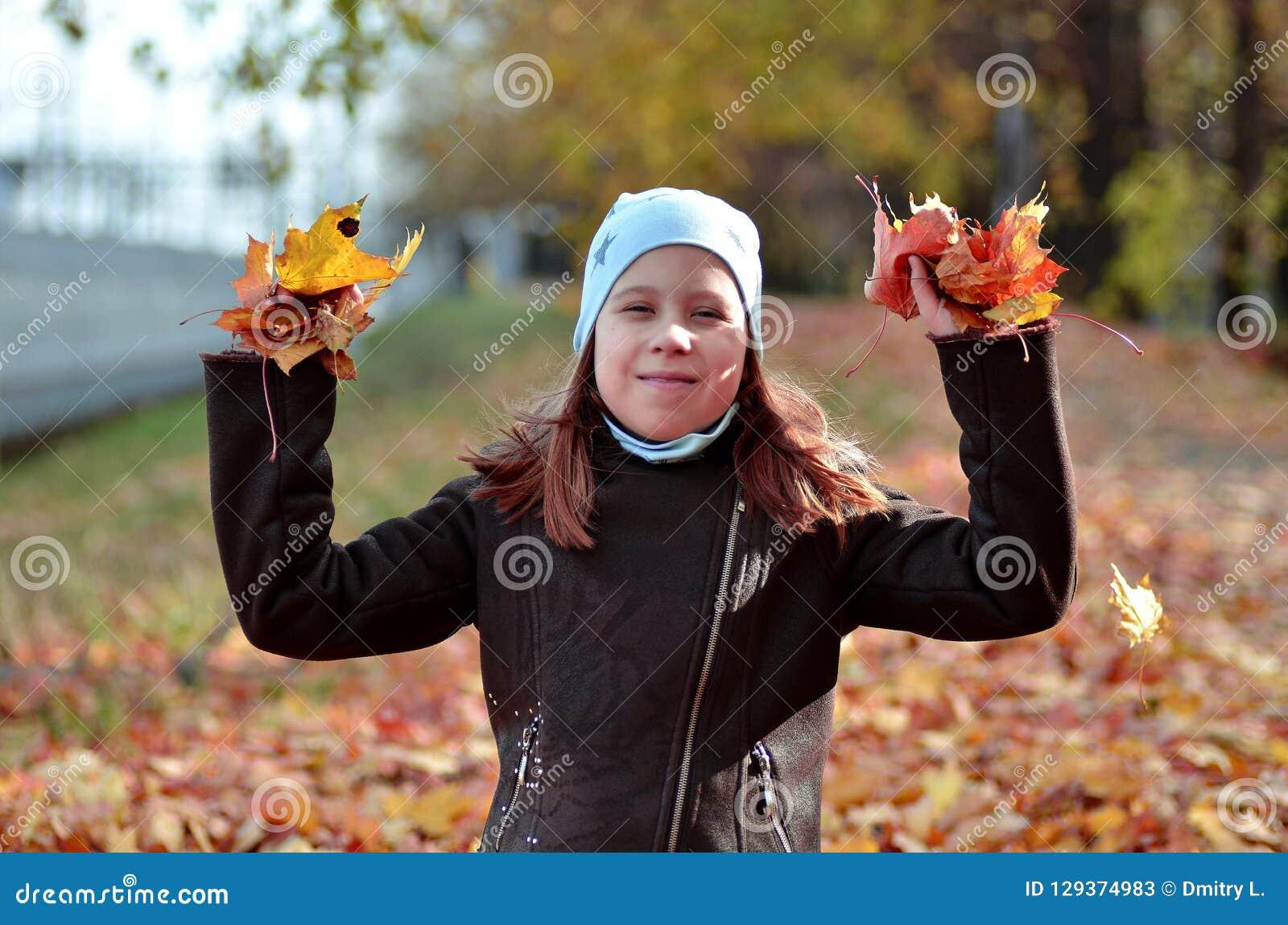 Portret van een meisje van Yong in het de herfstseizoen