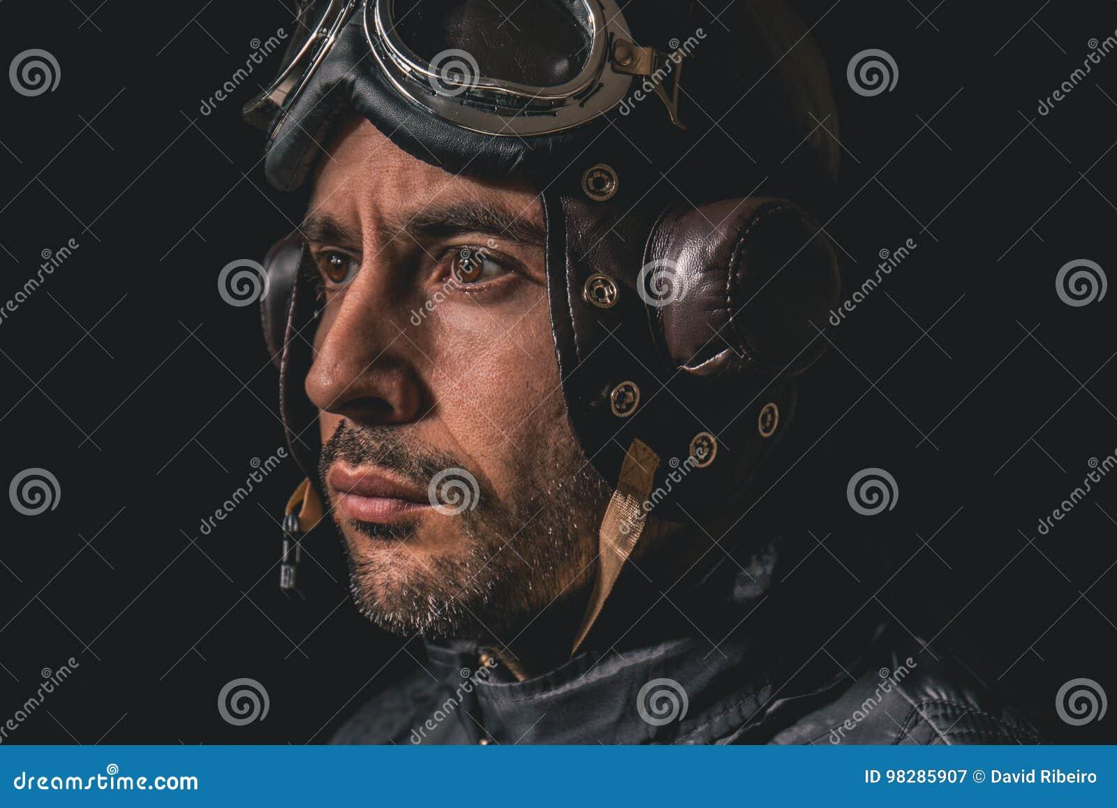 Portret van een mens met vliegeniershelm en beschermende brillen die weg aan de afstand kijken