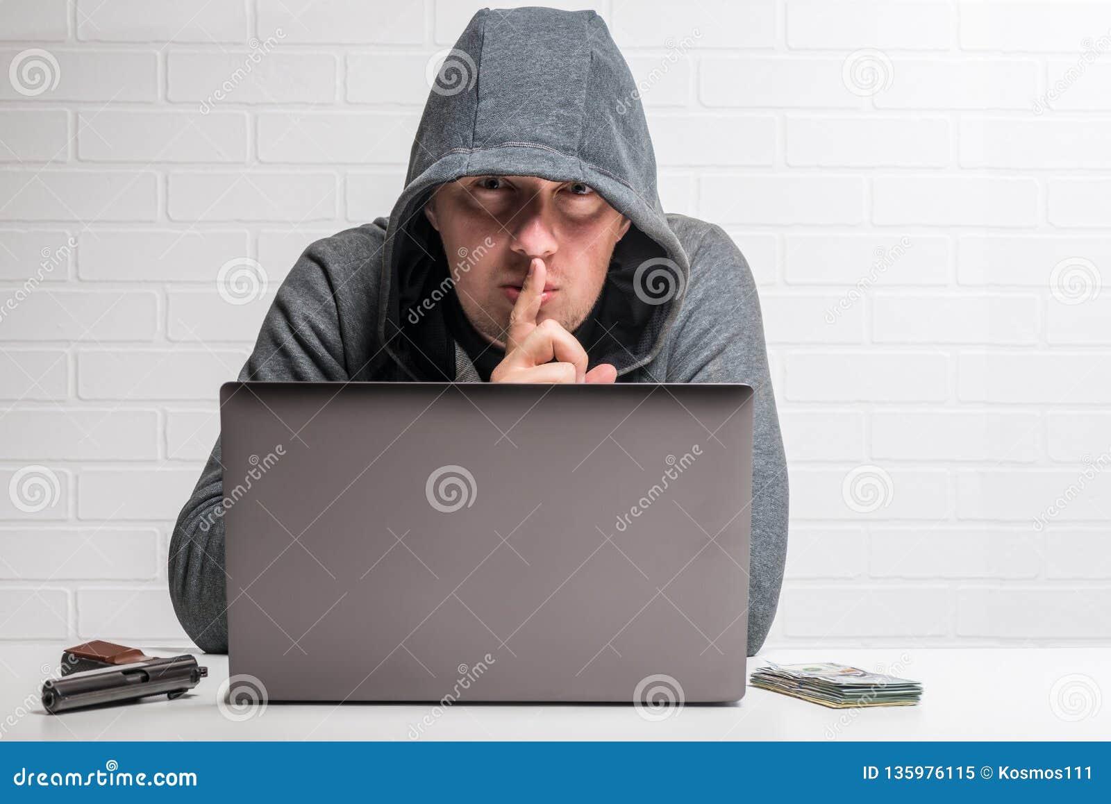 Portret van een misdadige hakker met een notitieboekje, wapen en geldconcept
