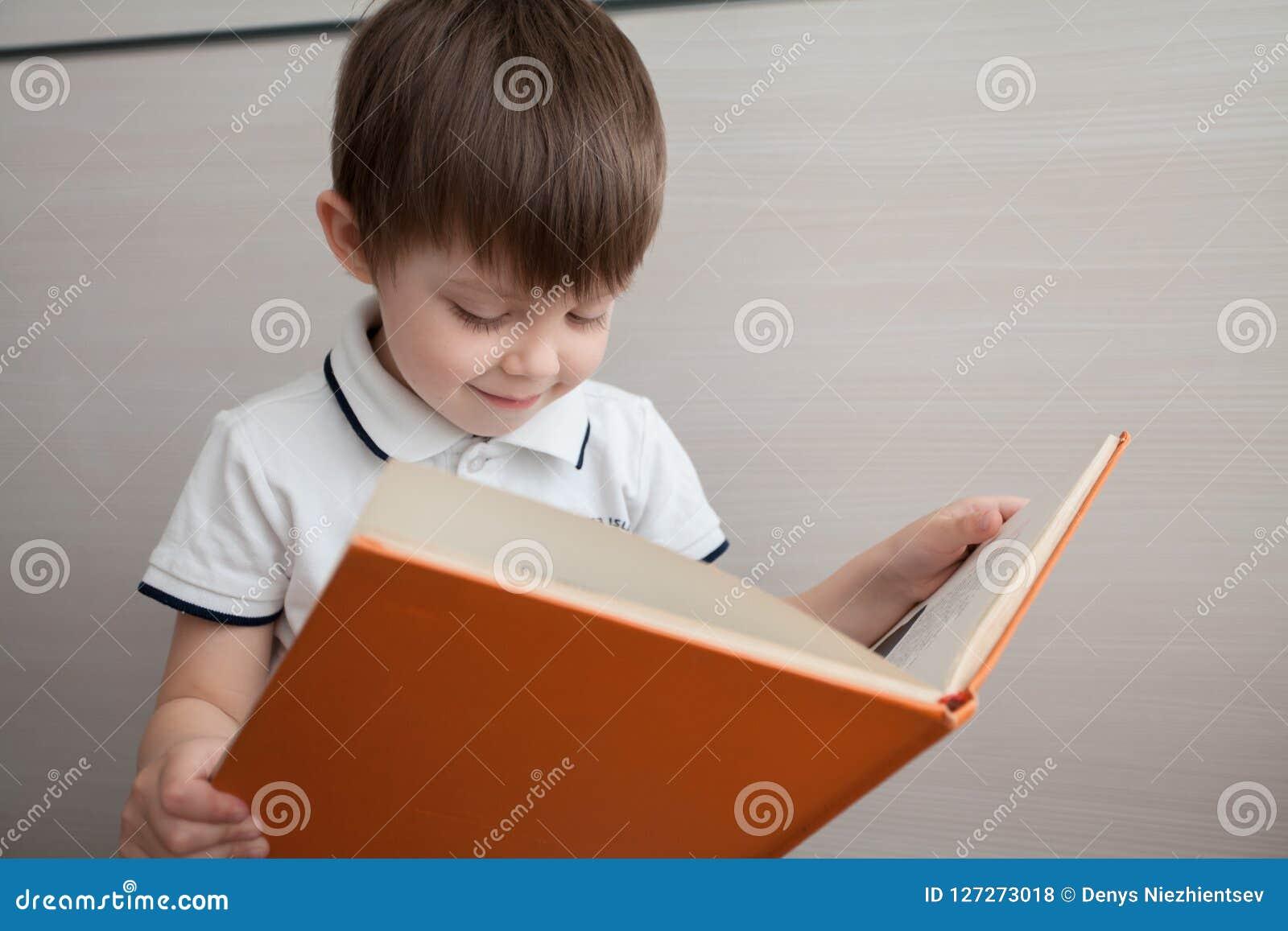 Portret van een mooi kind met een boek