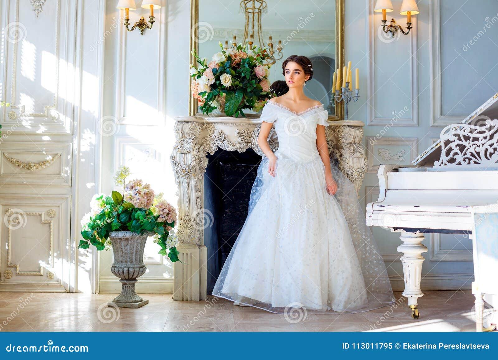 Portret van een mooi meisje in een baltoga in het binnenland Het concept tederheid en de zuivere schoonheid in zoete prinses zien