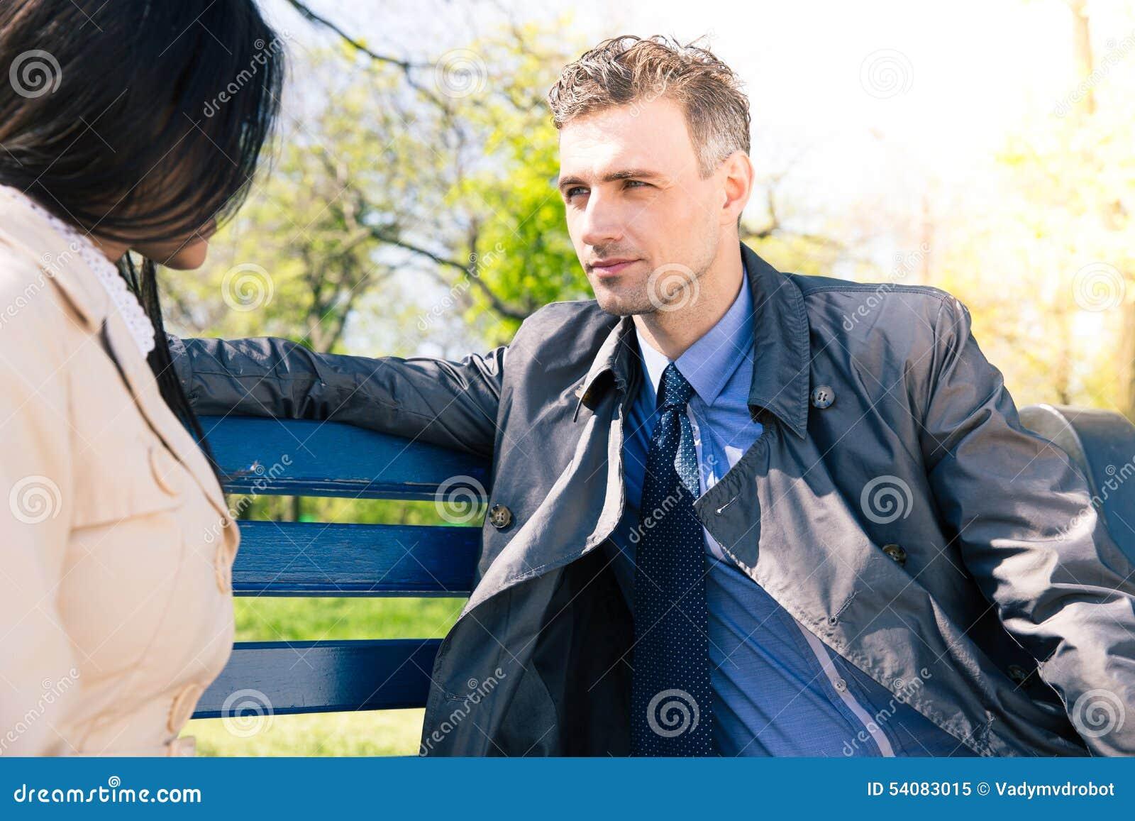 Portret van een mooi paar op de bank