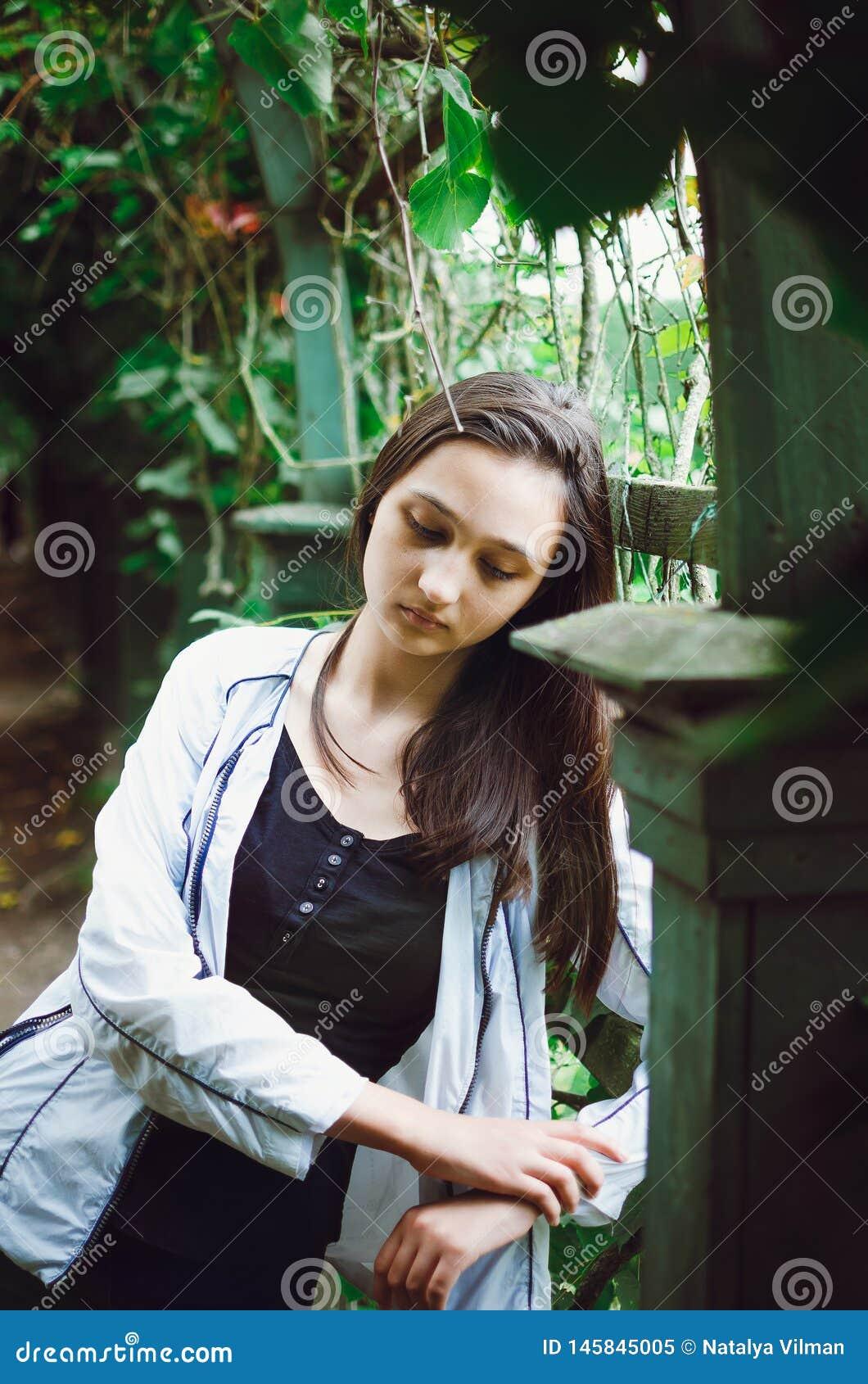 Portret van een mooi tienermeisje op een achtergrond van aard Verticale foto