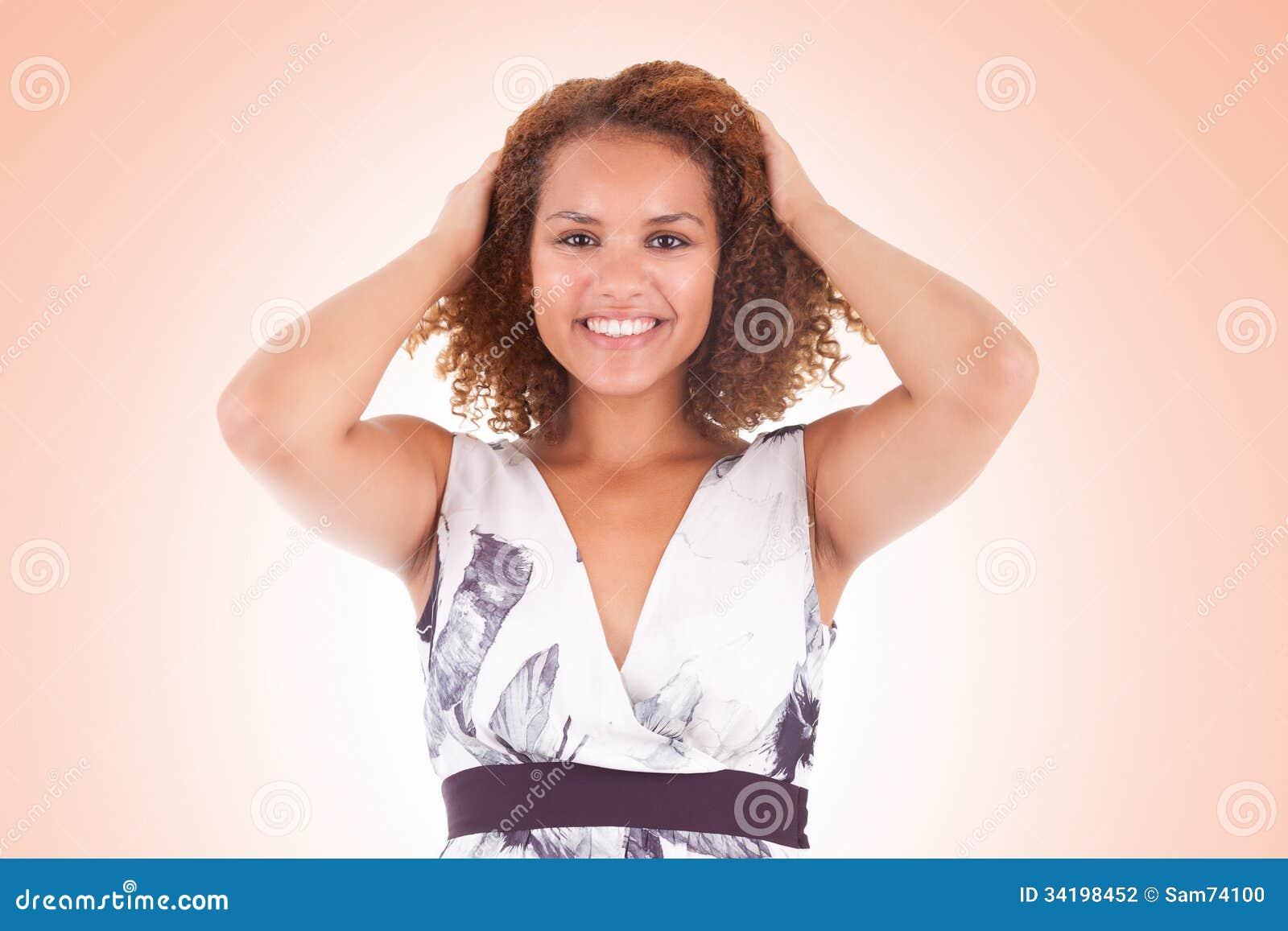 Portret van een mooie afrikaanse amerikaanse vrouw wat betreft haar krul stock foto afbeelding - Een mooie kamer van een mooie meid ...