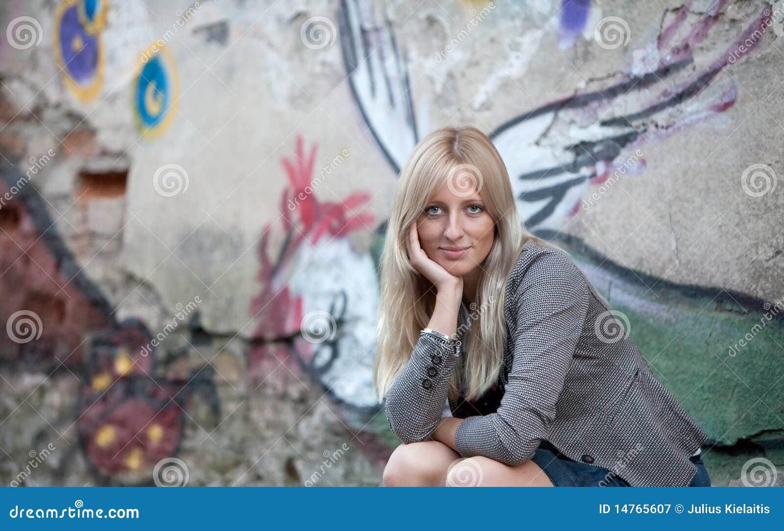Portret van een mooie blonde vrouw