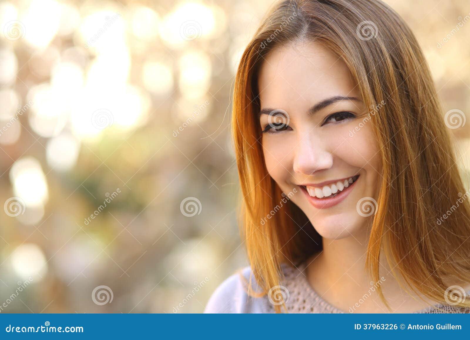 Portret van een mooie gelukkige vrouw met een perfecte witte glimlach