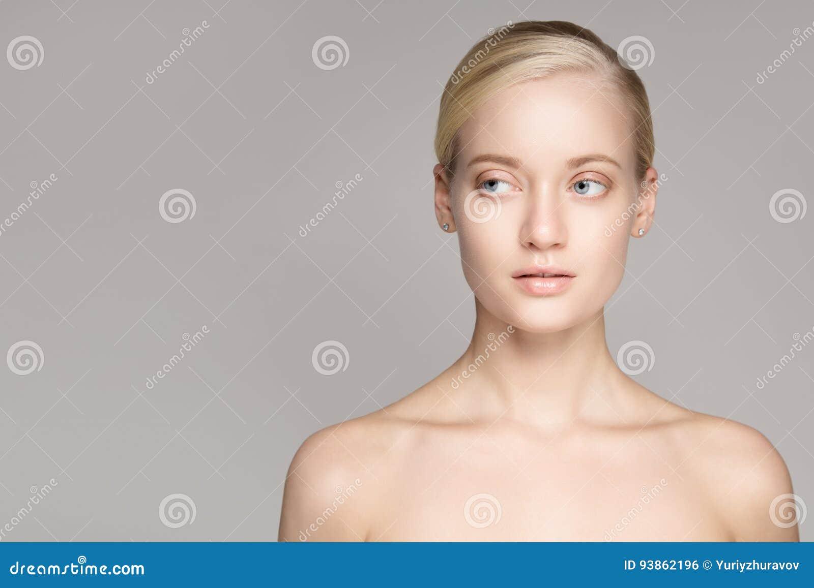 Portret van een Mooie Jonge Blonde Vrouw met Perfecte Huid