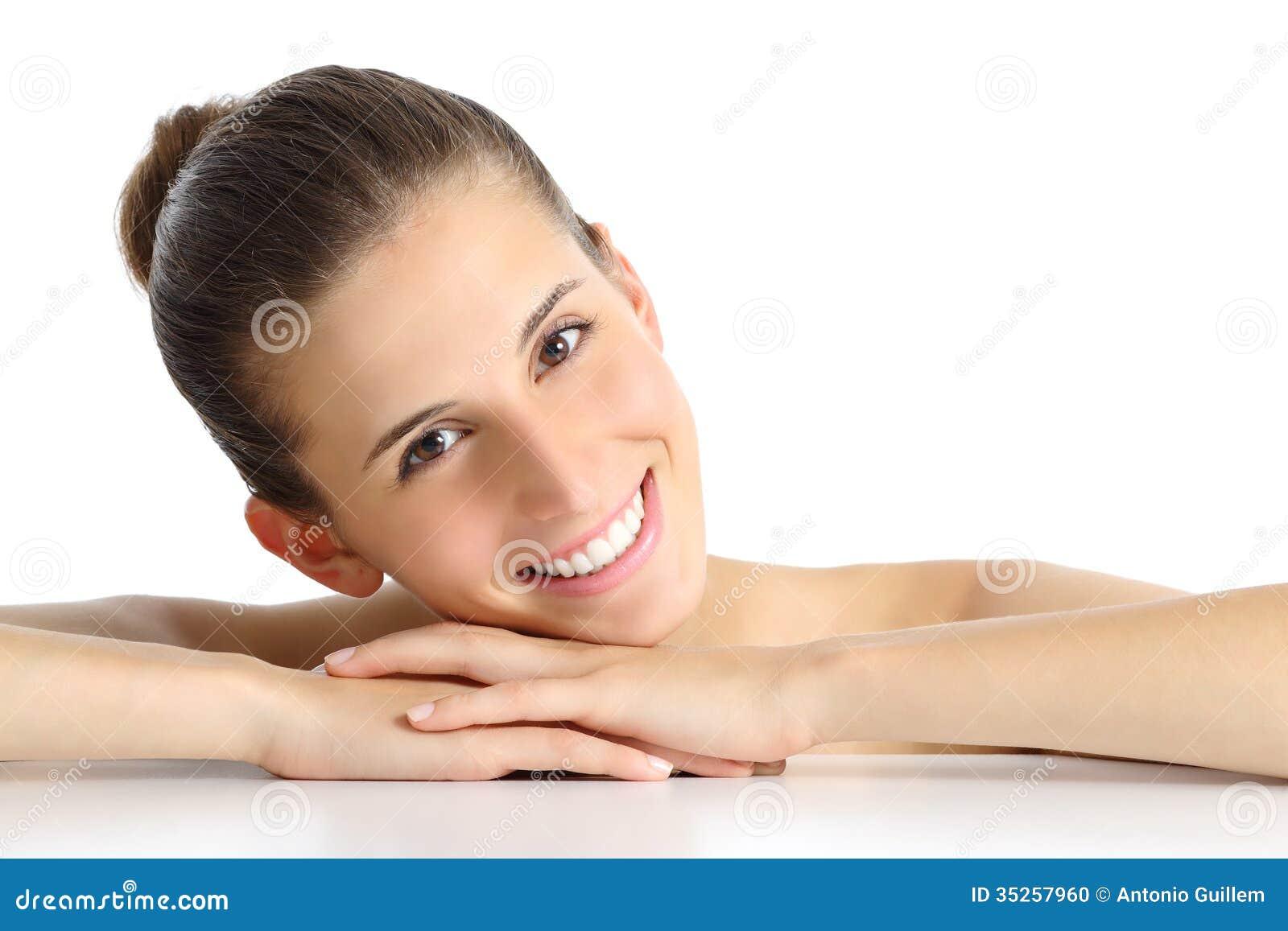 Portret van een mooie natuurlijke vrouw gezichts met een witte perfecte glimlach stock foto - Een mooie kamer van een mooie meid ...
