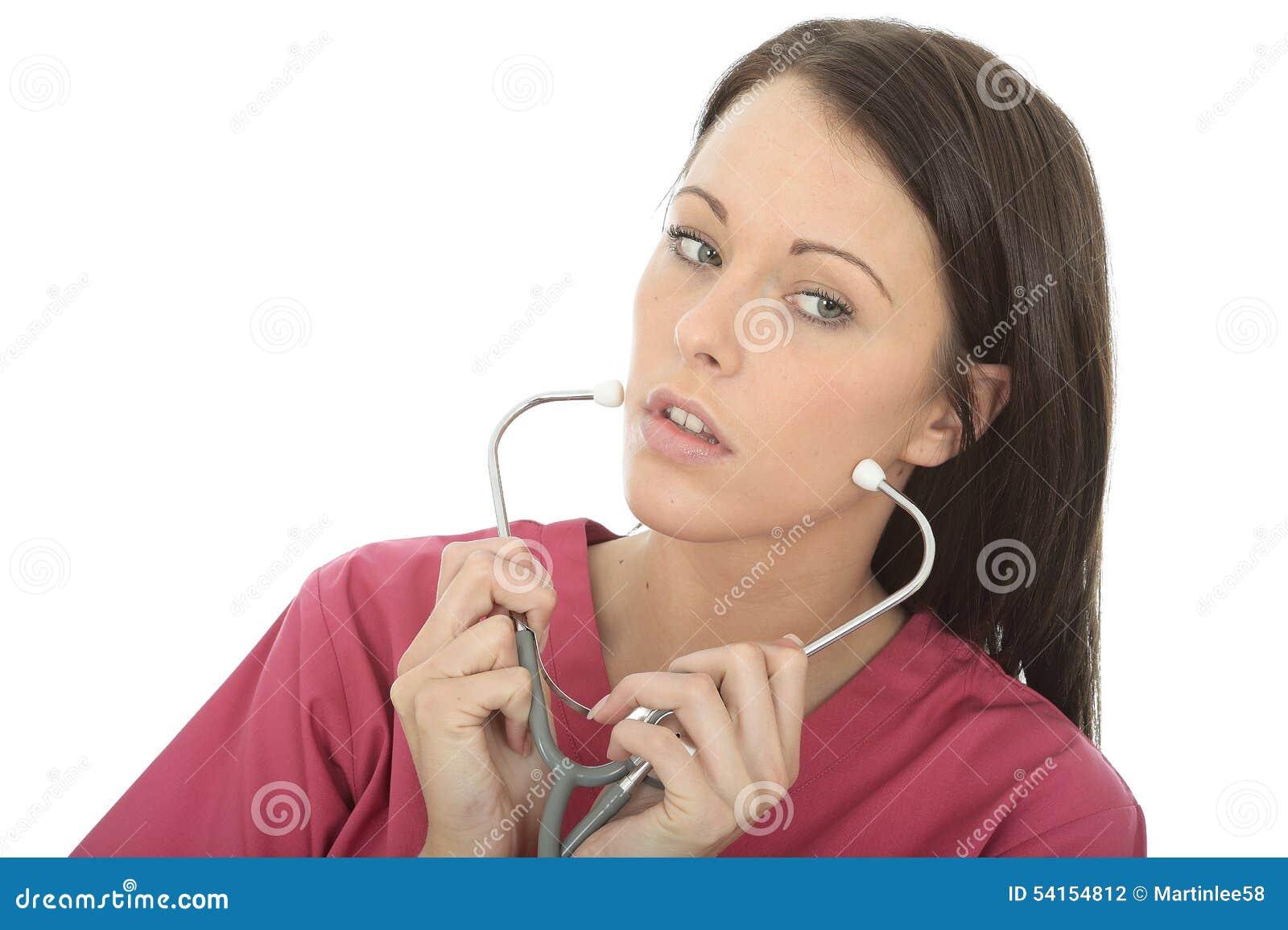 Portret van een Mooie Professionele Ernstige Jonge Vrouwelijke Arts Putting On een Stethoscoop
