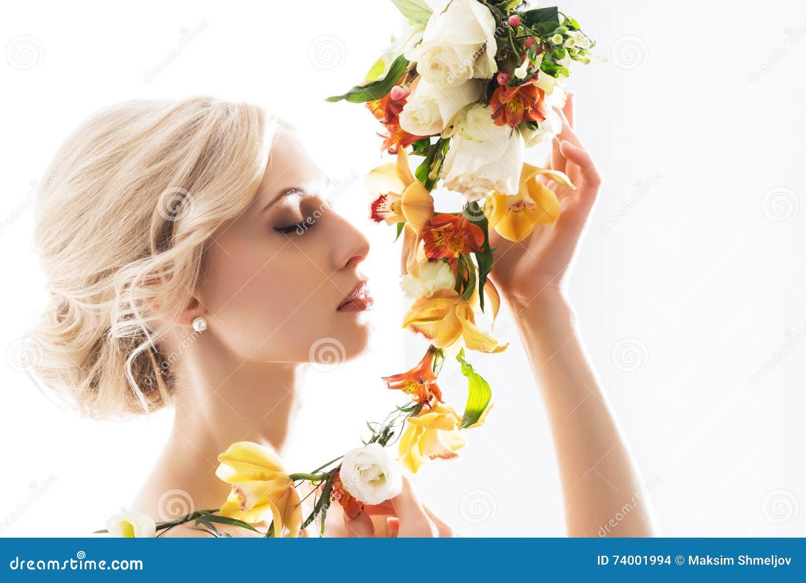 Portret van een mooie, sensuele bruid met bloemen