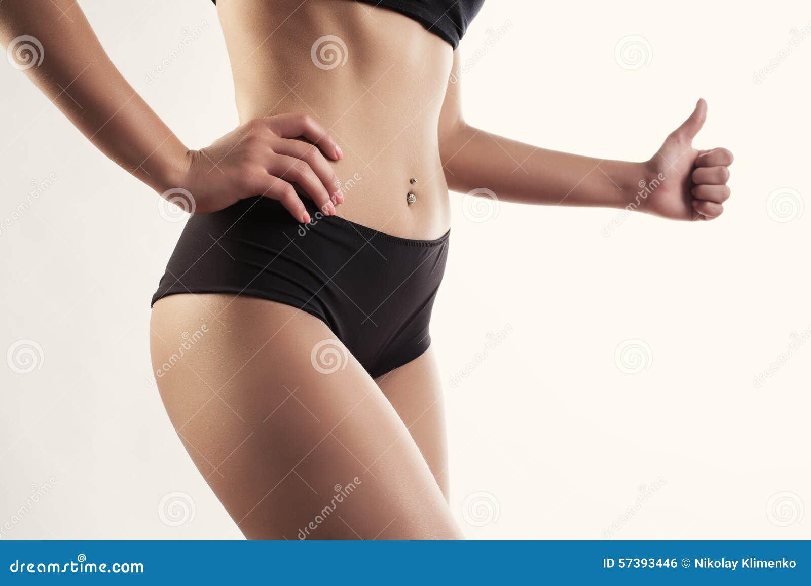 Portret van een mooie sportenvrouw met handpositief