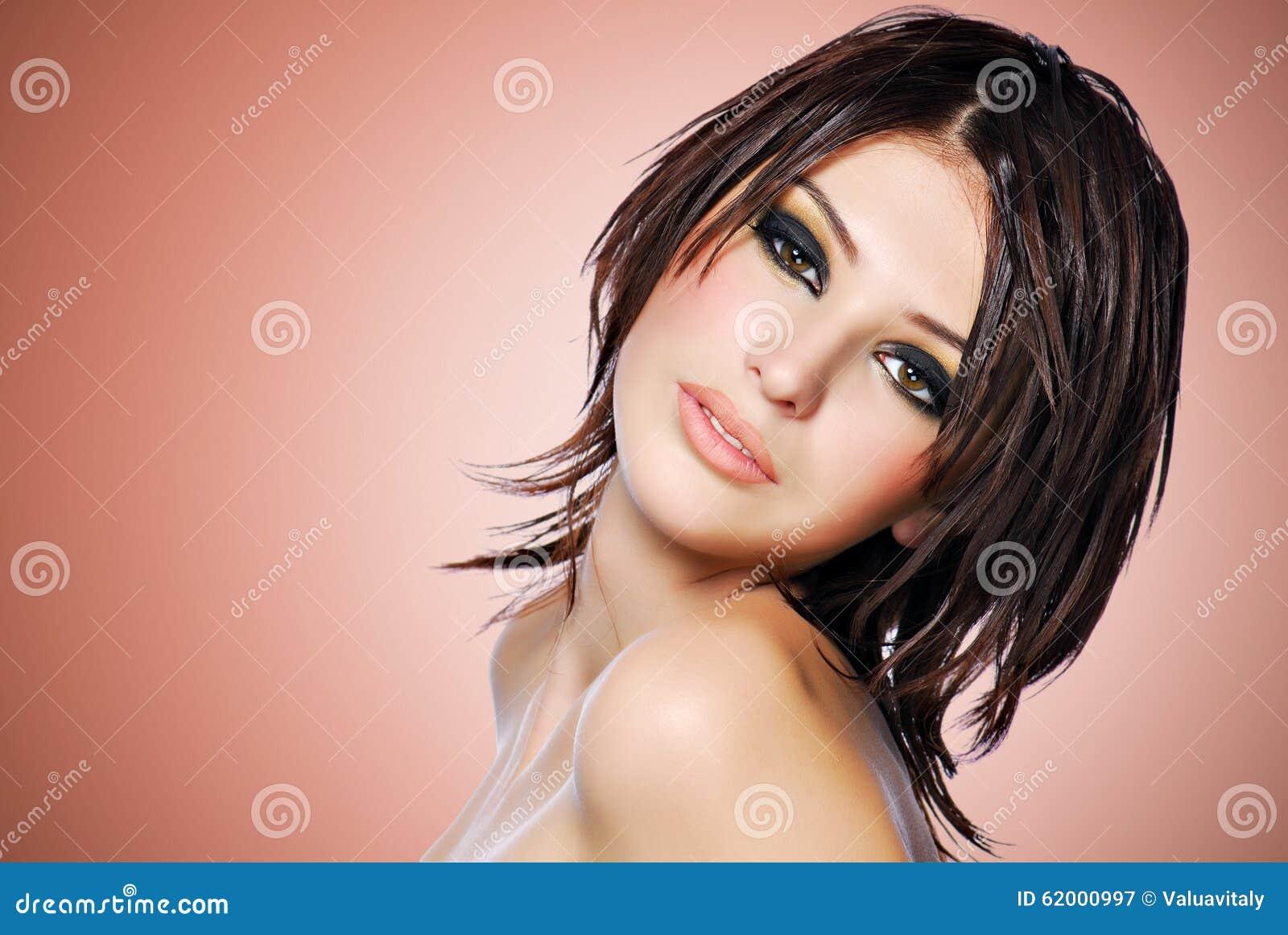 Portret van een mooie vrouw met creatief kapsel