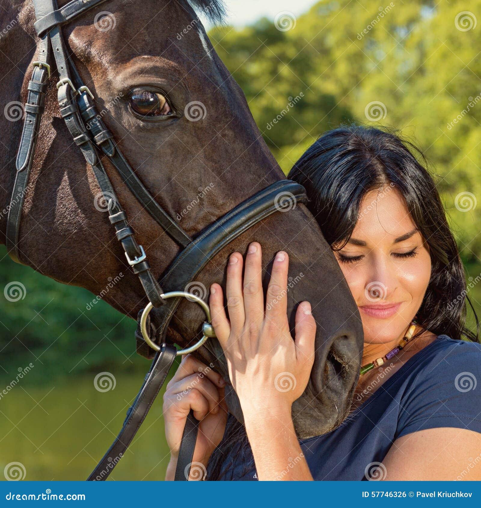 Portret van een mooie vrouw met een paard stock foto afbeelding 57746326 - Een mooie kamer van een mooie meid ...