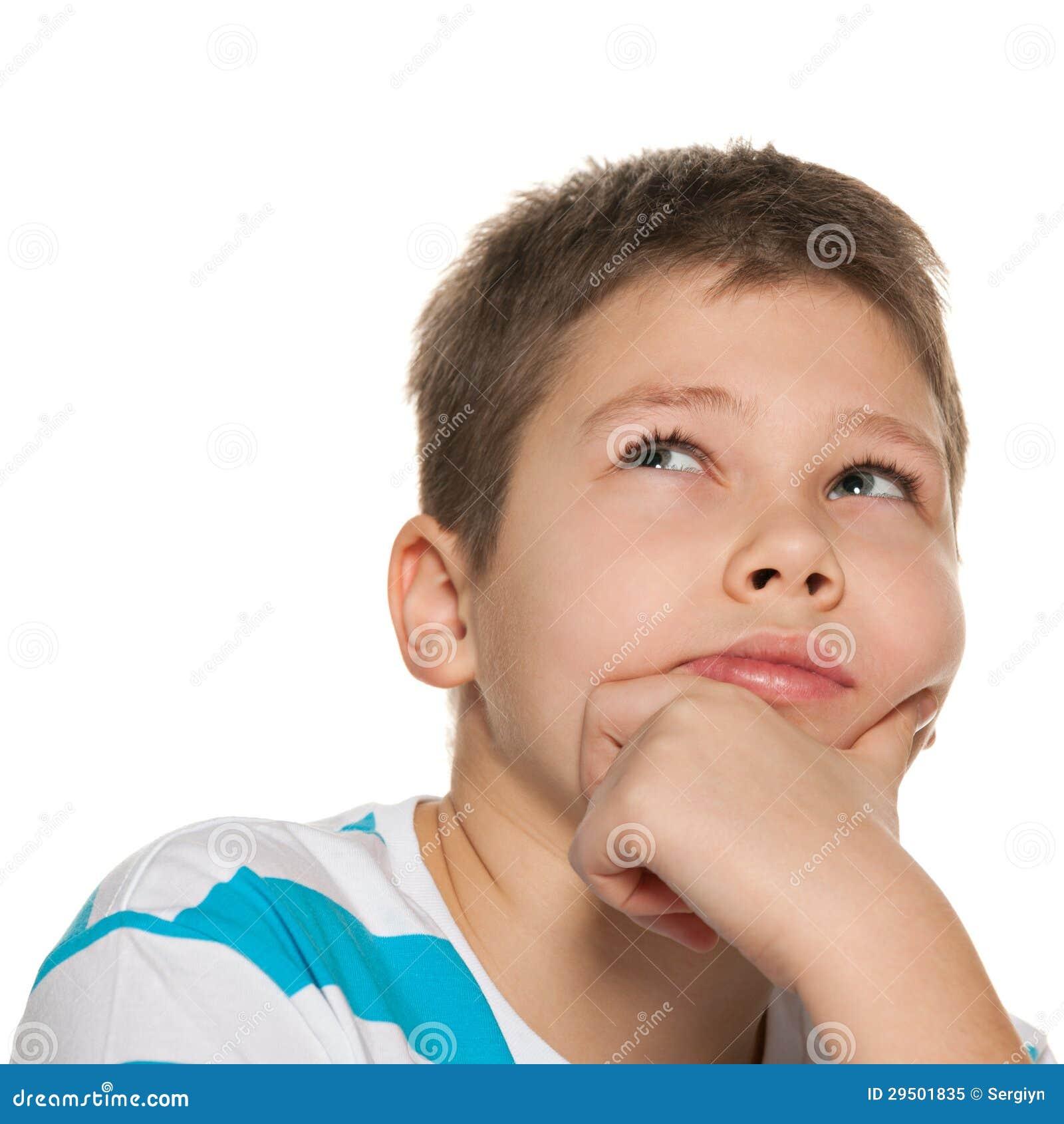 Portret van een nadenkende jongen