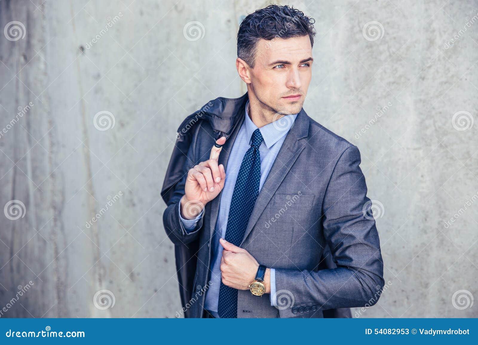 Portret van een nadenkende zakenman
