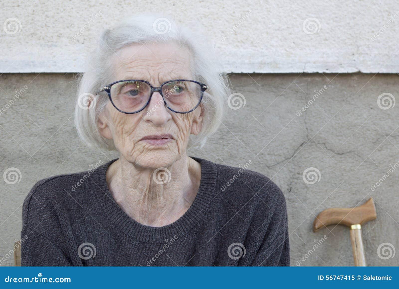 Portret van een negentig jaar oude oma met wandelstokoutdoo stock afbeelding afbeelding 56747415 - Jaar oude meisje kamer foto ...