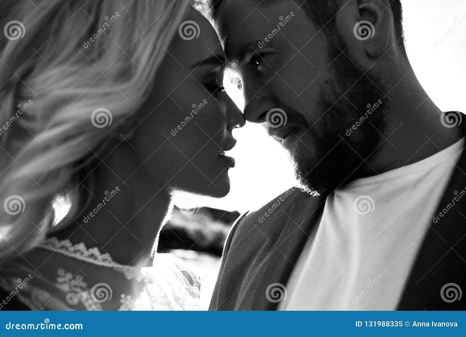 Portret van een paar in liefdeclose-up op een mooie Zonnige dag bij zonsondergang Liefdeemoties en omhelzingen in de zon Blondevr
