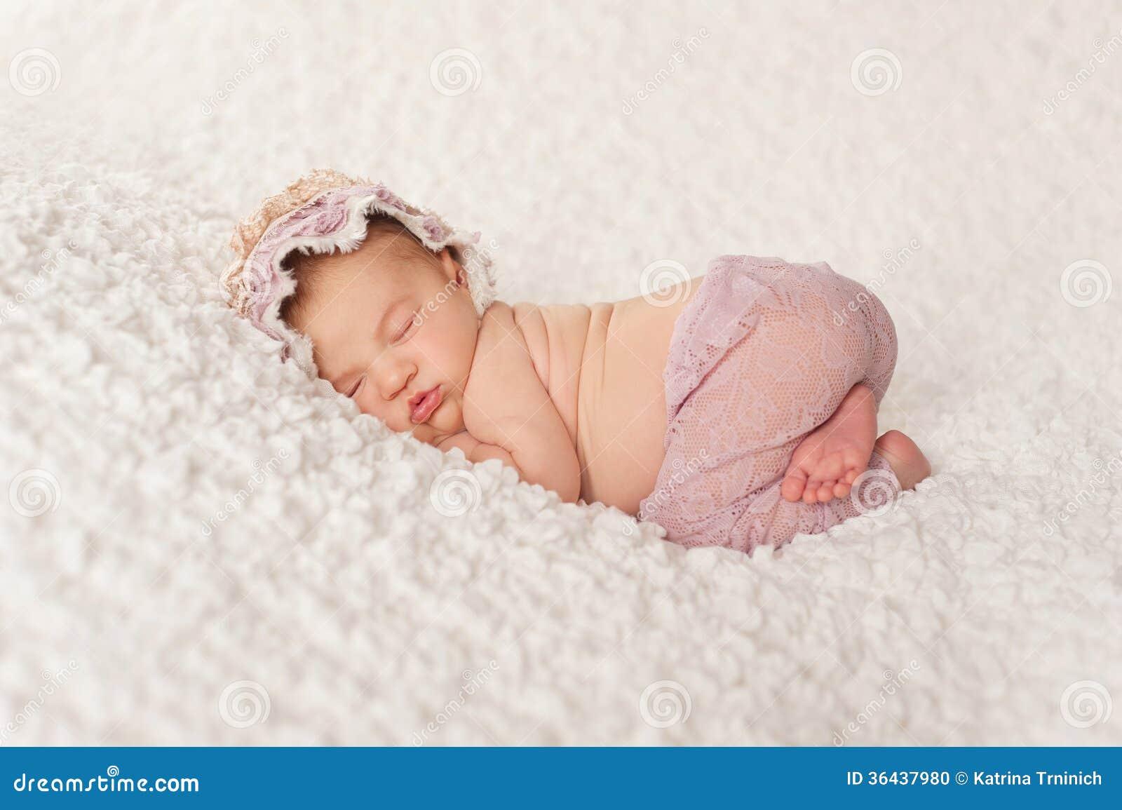 Portret van een Pasgeboren Meisje met Kantbroek en Bonnet