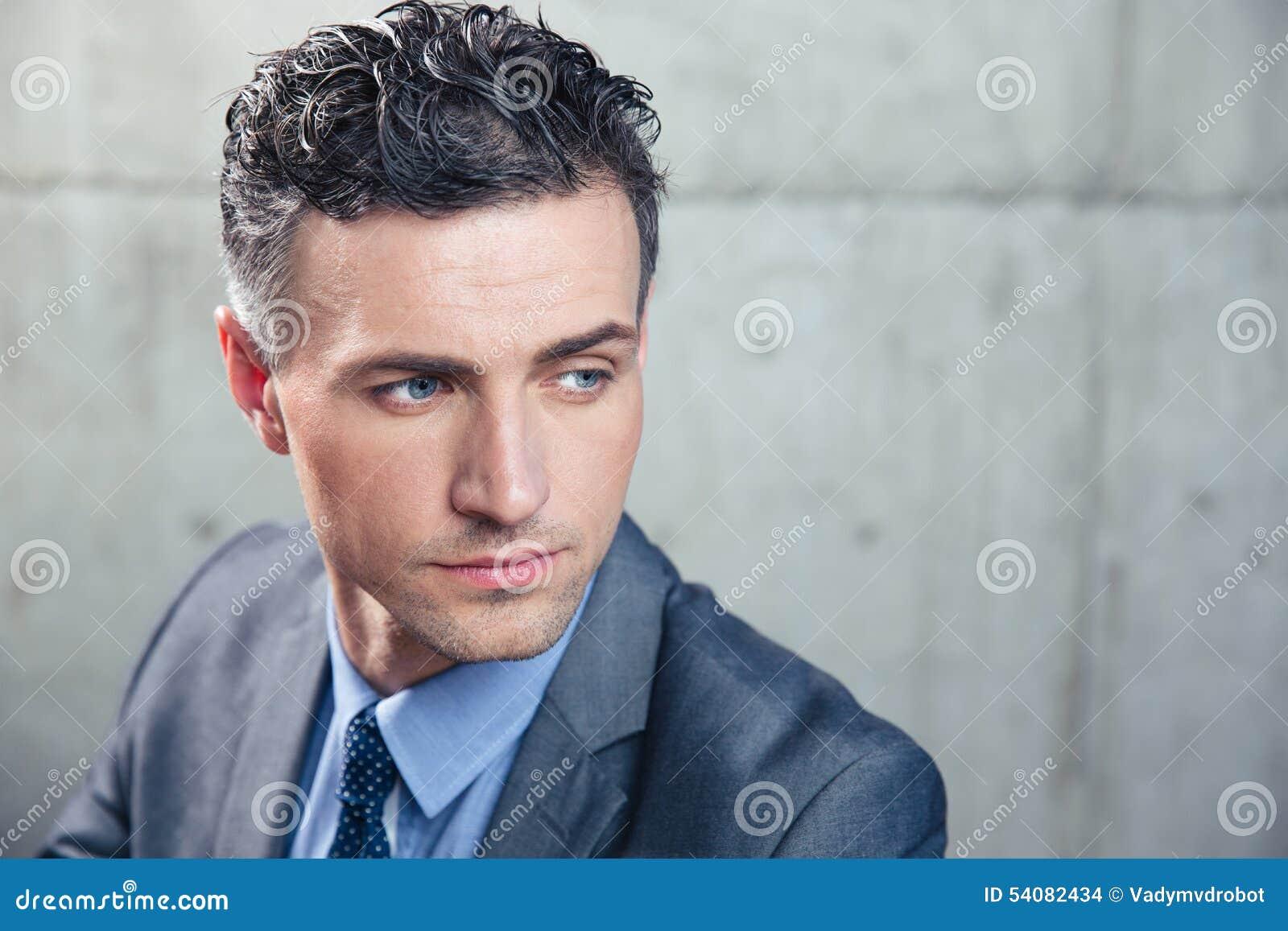 Portret van een peinzende zakenman