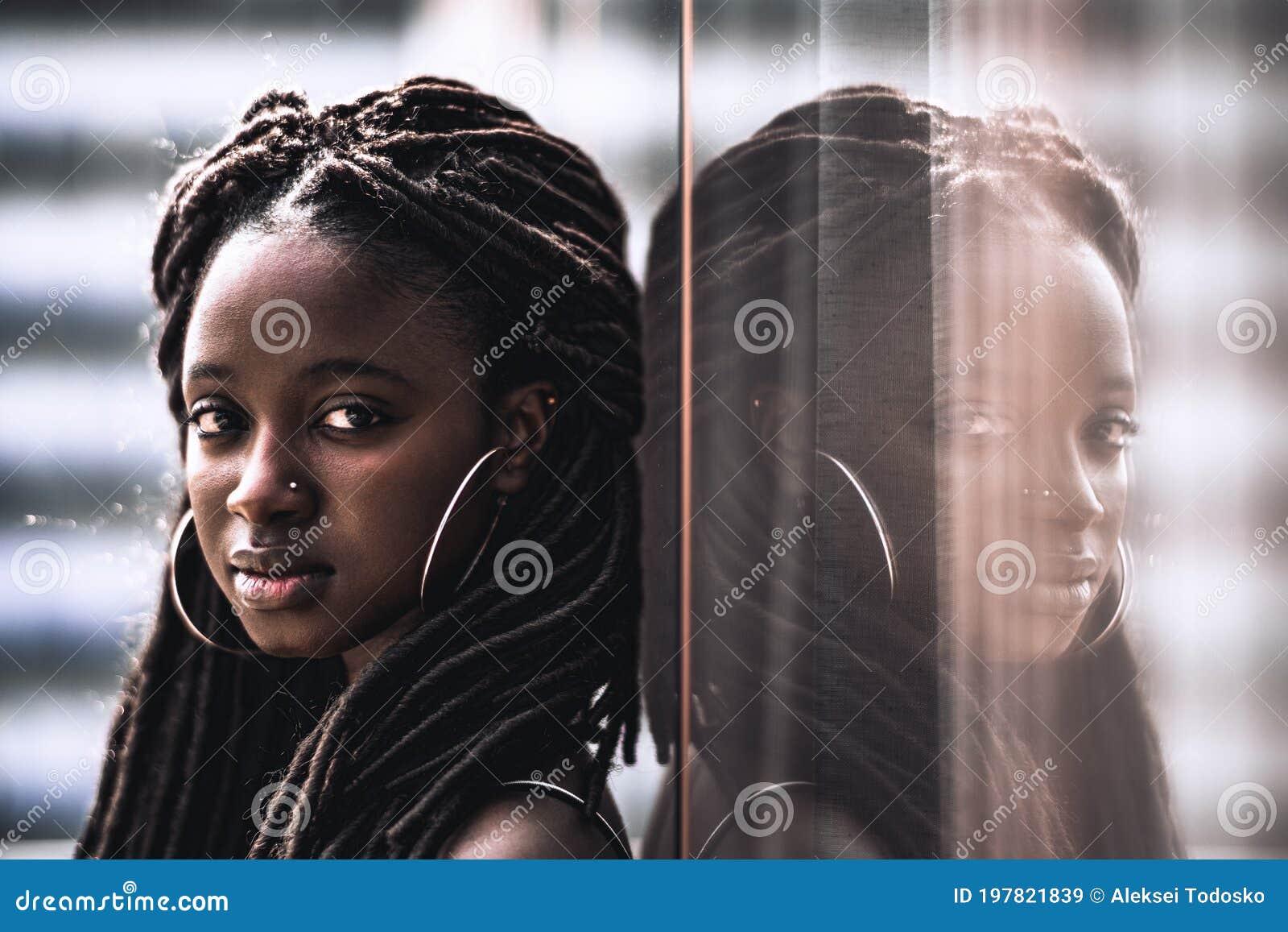 Zwarte meid en grote witte paal