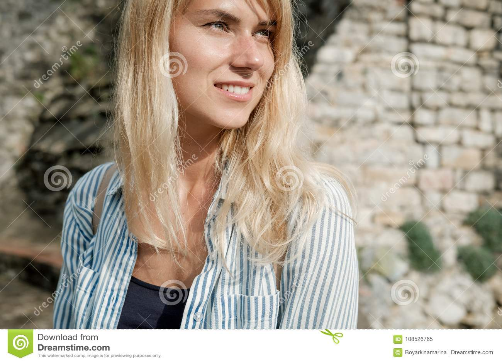 Portret van een reiziger die van de blondevrouw in de oude stad lopen en