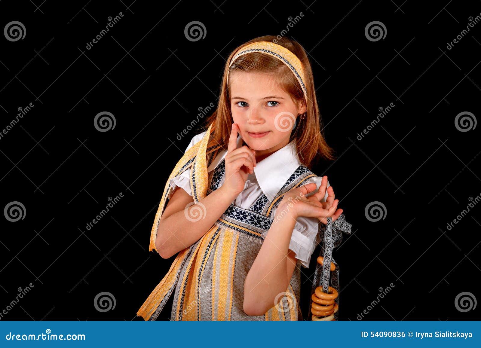 Portret van een Russisch meisje in nationale kleding en ongezuurde broodjes